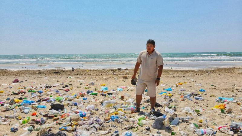 На берегу Каспийского моря образовалась стихийная свалка мусора